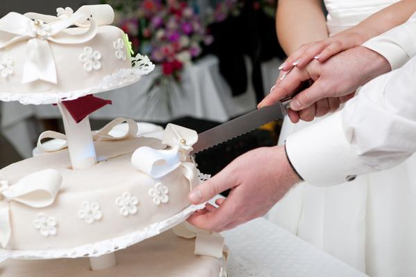 Das Anschneiden Der Hochzeitstorte Tipps Von Experten Auf Ja De