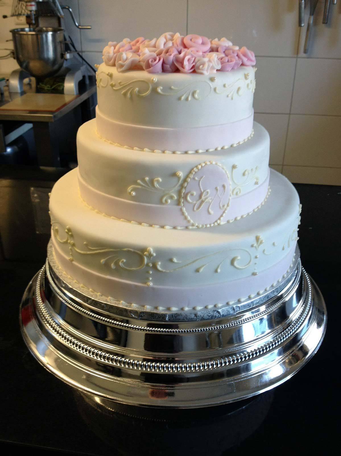 Hochzeits Torte Weisse Torte Mit Rosendeko Auf Ja De